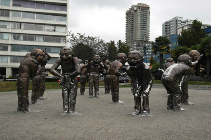 "Lachende Skulpturen ""A-maze-ing Laughter"" an der English Bay in Vancouver"